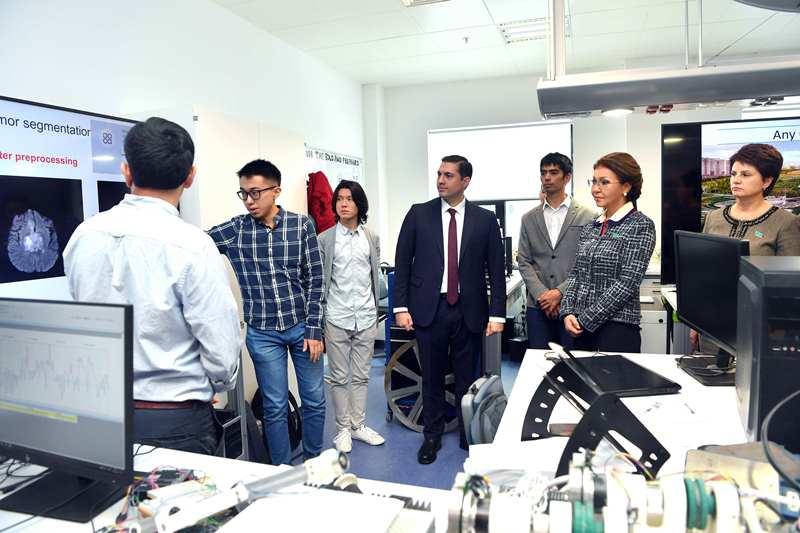 В Назарбаев Университете депутатам Сената презентовали стартап-проекты