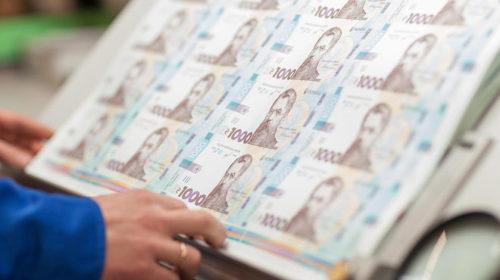 Кассиры не принимают новую купюру в 1000 грн – не свыклись с новинкой