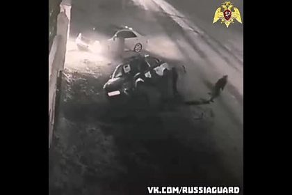 Нетрезвые россияне перевернули автомобиль росгвардейцев и попали на видео