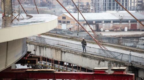Киевский мост, который строят десятки лет, показали с высоты птичьего полета
