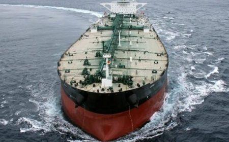 В морских танкерах хранится исторически рекордный объем нефти
